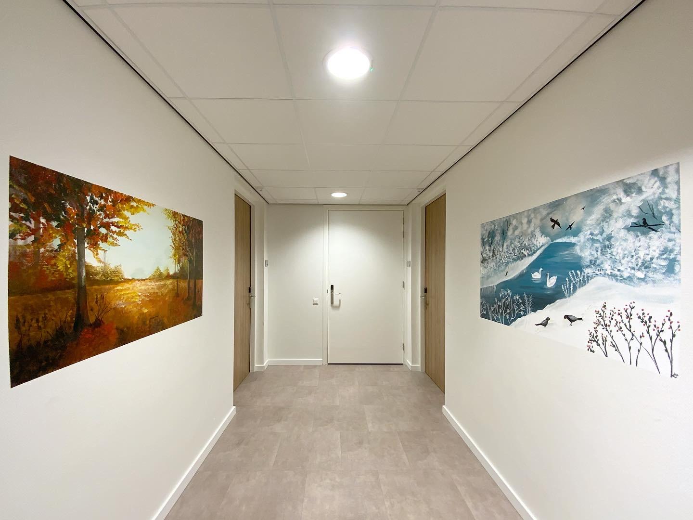 Gang met twee muurschildering landschappen herfst en winter jaargetijden