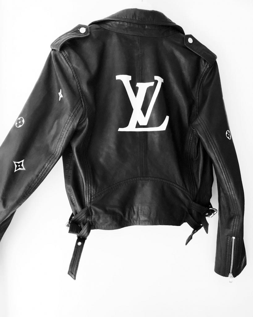 Leren jasje beschilderd met Louis Vuitton logo op de rug en patroon op de mouwen