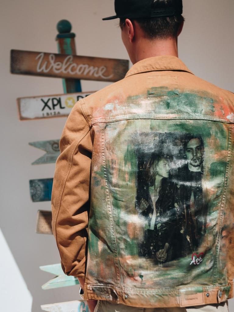 Jonge man in Ibiza met custom jasje met foto Johnny Depp en Kate Moss